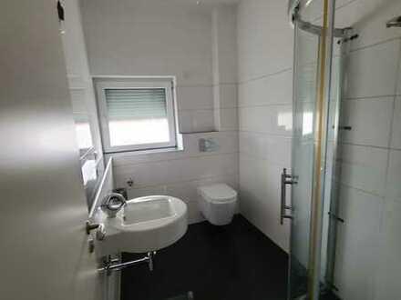 WG mit einer gemeinsamen Wohnzimmer in einer Neubauwohnung