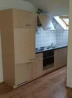 Gepflegte 1-Zimmer-Dachgeschosswohnung mit Balkon und Einbauküche in Wiernsheim-Pinache