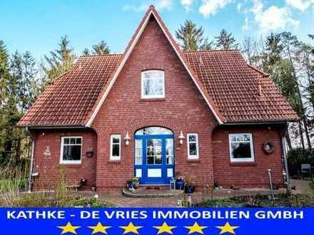 Schmuckstück mit exzellenter Ausstattung: Großzügiges Friesenhaus in schönster Natur + Nachbarschaft
