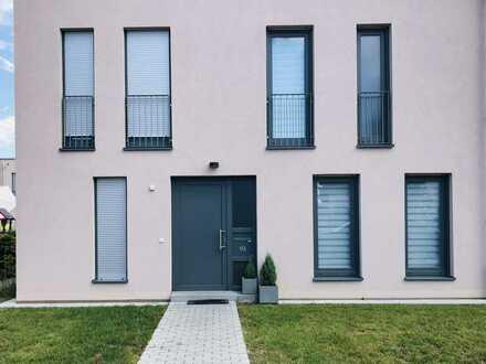 Moderne Doppelhaushälfte mit Gartenterrasse, Einbauküche, Abstellraum & Gäste-WC.