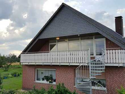 Erschwingliche und vollständig renovierte DG-Wohnung mit vier Zimmern und Balkon in Stolzenau