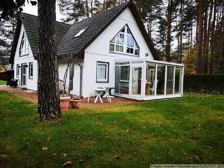 Im grünen gelegenes Einfamilienhaus mit Einliegerwohnung, Pool und Kamin in Eggersdorf