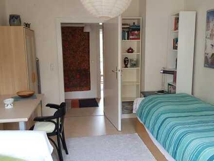1 Zimmer in 3-Zimmerwohnung, zentrale Lage, zur Untermiete für eine Frau