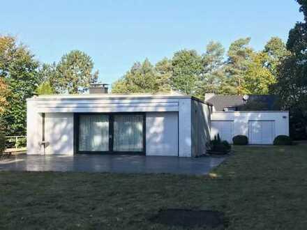 Moderne Bauhausvilla mit 5-fach Garage.