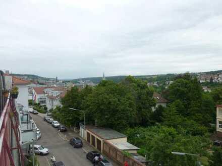 Modernisierte Wohnung mit eineinhalb Zimmern sowie Balkon und EBK in Pforzheim