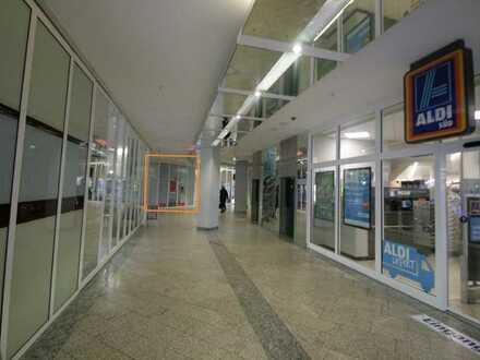 Ladenlokal mit Schaufenster zu Passage und zur Straße - Vis-à-vis Aldi!