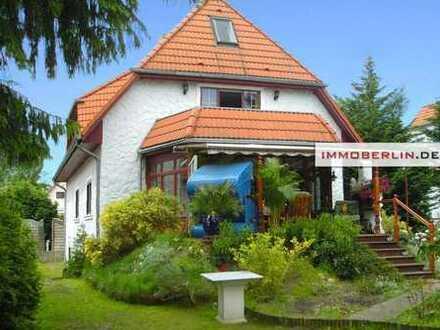 IMMOBERLIN: Exquisites Einfamilienhaus mit Gartenidylle in Wald- & Seenähe
