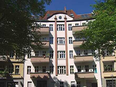 ERSTBEZUG NACH TOP-SANIERUNG! Wunderschöne Altbau-Wohnung am Herrfurthplatz mit 2 Balkonen + EBK