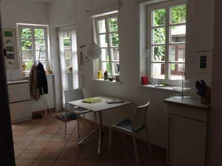 Sehr ruhige vollständig renovierte 2,5-Zimmer-Maisonette-Wohnung mit großer Wohnküche
