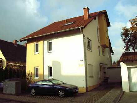 Schön geschnittene 2 ZKB -Wohnung mit Balkon