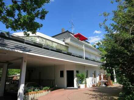Voll möblierte Wohnung mit riesigem Wintergarten und Balkon im Dreifamilienhaus