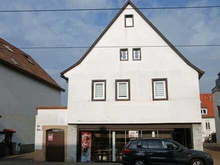 Sehr rentables Anwesen mit 3 Wohnungen und Ladenfläche in erstklassiger Vorort-Geschäftslage