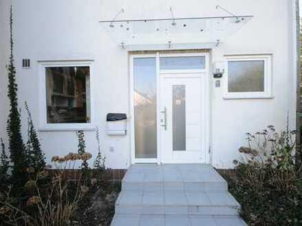 Modernes Haus mit fünf Zimmern, Keller, Garten und Garage in Berlin, Kladow (Spandau)