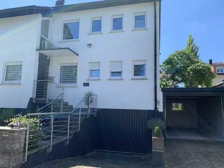 Einfamilienhaus mit angrenzender Halle/LKW Garage , 2 Garagen und Garten in Schorndorf