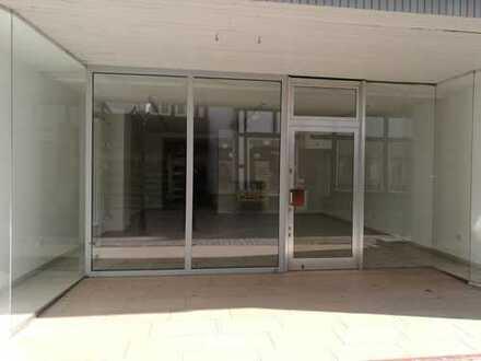Zentral gelegene moderne Ladenfläche mit großem Schaufenster!