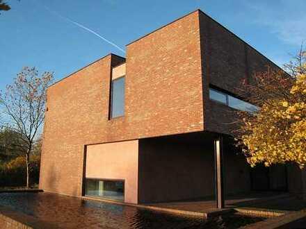 Ein Bürogebäude mit Architektur und optimaler Verkehrsanbindung