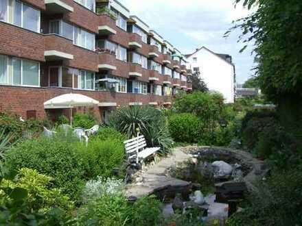 Exclusive Wohnung mit Südbalkon und Blick auf großzügige Gartenanlage mit Teich