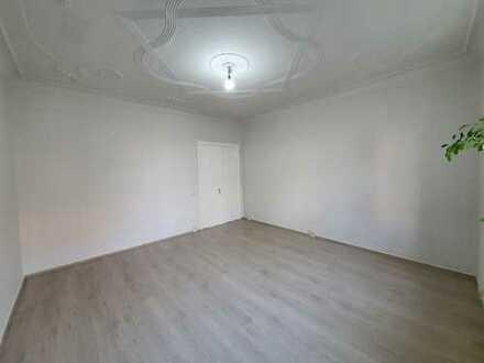 Neu sanierte große 1 Zimmer Altbauwohnung mit großer Wohnküche