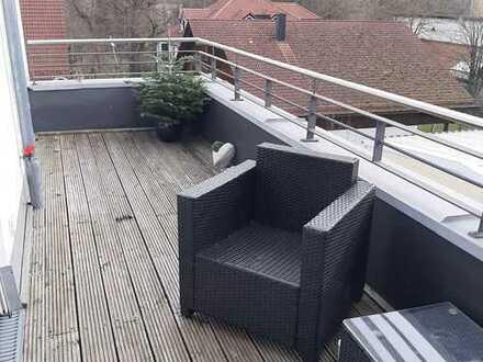 Moderne helle Dachgeschosswohnung mit zwei Zimmern sowie Balkon und Einbauküche in Gauting