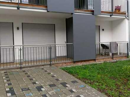 ARNOLD-IMMOBILIEN: Modernes möbliertes Zimmer mit Balkon