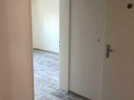 Vollständig renovierte Wohnung mit zwei Zimmern sowie Balkon und Einbauküche in Mannheim
