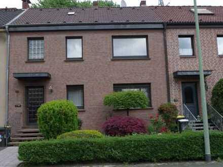 Reihenhaus mit fünf Zimmern, vollunterkellert und 3 Garagen in Duisburg-Neuenkamp