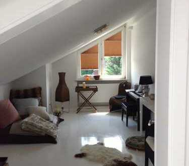 Tolles dachgeschosszimmer plus arbeitsz. , nahe engl.garten in einfamilienhaus