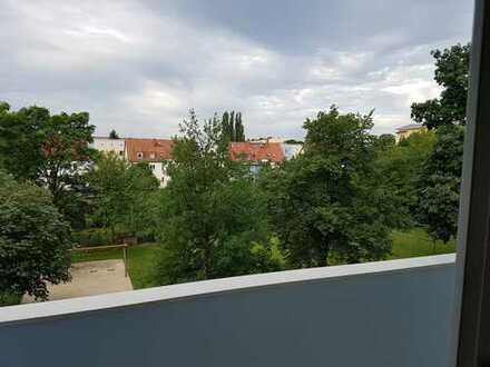 2 Zi.-Wohnung, großes Wohnzimmer mit Balkon ins Grüne