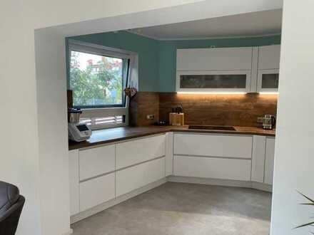 Top modernisierte 2-Zimmer-Wohnung mit luxuriöser Einbauküche und Garten zu vermieten!