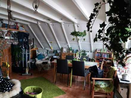 Gepflegte DG-Wohnung mit zwei Zimmern sowie Balkon und Einbauküche in Mönchengladbach