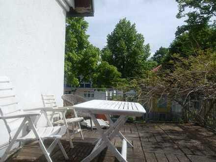 Gemütliche Altbauwohnung mit EBK u. Dachterrasse in zentraler Lage. Ideal für eine Wohngemeinschaft.