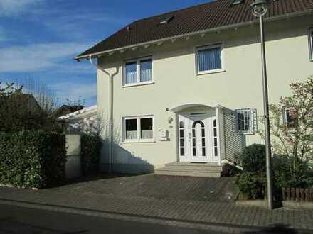 Sehr schöne, voll unterkellerte Doppelhaushälfte mit EBK, Garten, Sauna und Doppelgarage in Bornheim