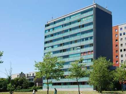 Bezahlbare Erdgeschosswohnung mit großem verglastem Balkon in verkehrsgünstiger Lage