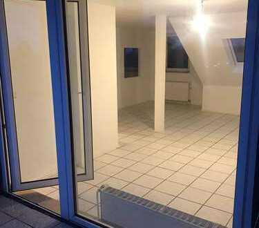 2,5 Zimmer Wohnung im DG mit Durchreiche Küche