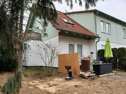 Kapitalanlage mit Hauscharakter: Helle vermietete Wohnung mit Terrasse