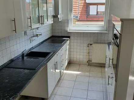 Gepflegte Dachgeschosswohnung mit dreieinhalb Zimmern und Einbauküche in Pforzheim