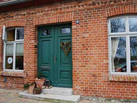 Saniertes Reihenhaus mit vier Zimmern, 2 Bädern, Garten, Kaminofen und EBK in Röbel/Müritz