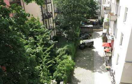 !ALTBAU! Schöne, sanierte, geräumige 3-Zimmer-Whg. mit gr. Wohnküche & Balkon in M-Schwabing
