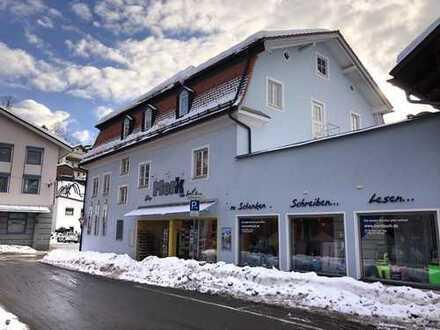 Geschäftshaus im Herzen Sonthofens:Große Schaufenster, großer öffentlicher Parkplatz....