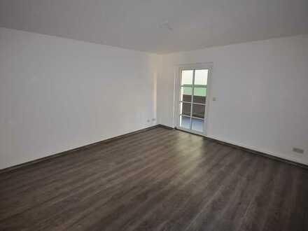 Schöne Zweiraum Wohnung mit Balkon, Laminat und PKW Stellplatz