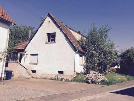 Kleines renovierungsbedürftiges Haus bietet verschiedene Optionen