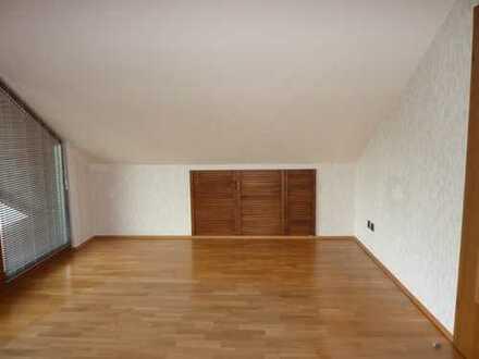 Vollständig renovierte 2-Zimmer-Dachgeschosswohnung mit Balkon und Einbauküche in Spaichingen