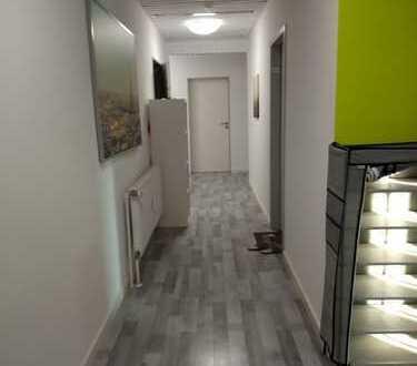 Ein schönes großes Zimmer in zentraler Lage und netten Mitbewohnern