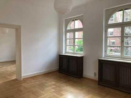 2 zusammenhängende Zimmer an eine Person in Berufstätigen-WG in 11-Zimmer Villa