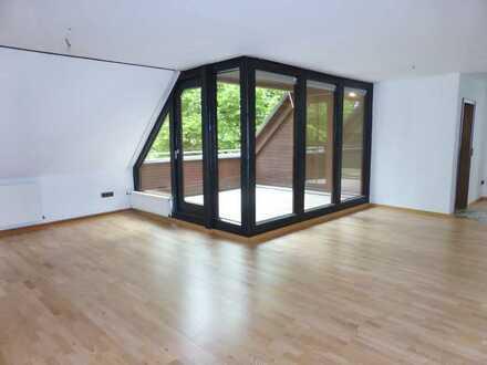Gepflegte DG-Wohnung mit 3,5 Zimmern, 2 Bädern, 1 Gäste, WC, Küche und Dachterrasse.