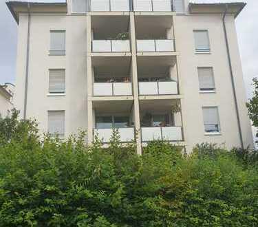 **Dachgeschosswohnung in ruhiger Lage** mit Balkon und Wannenbad