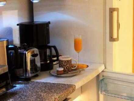 Zimmer mit TV, Terrasse, EtagenDusche/Wc und Gästeküche in einen Einfamilienhaus