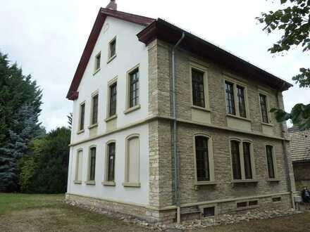 Spätklassizistischer Bruchsteinbau im gepflegten Zustand