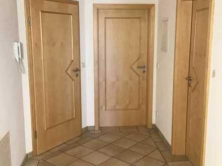Gepflegte DG-Wohnung mit dreieinhalb Zimmern sowie Balkon und Einbauküche in Prittriching