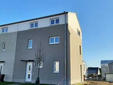 Neubau Erstbezug: helle 4-Zimmer-Doppelhaushälfte mit EBK in Altglienicke (Treptow), Berlin